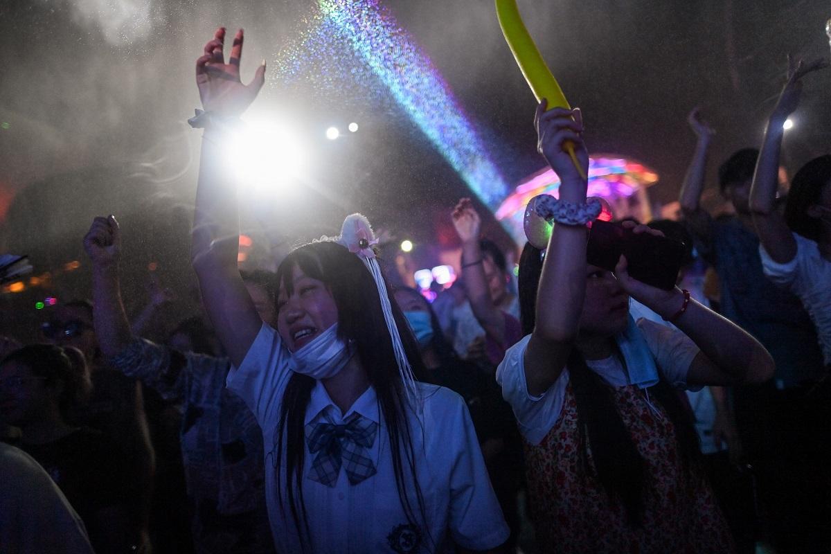 Jóvenes bailando y fiestas nocturnas, ese es el paisaje que se vive en Wuhan cada fin de semana desde que se levantaron las medidas restrictivas.