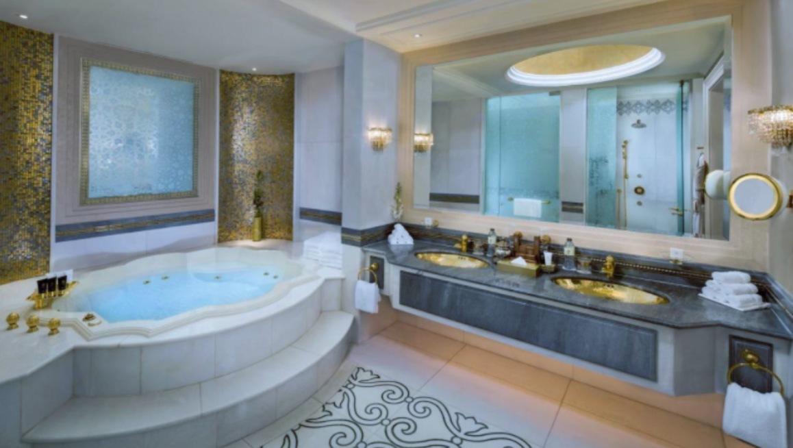 Baño del Emirates Palace, hotel de Abu Dabi donde se estaría hospedando el rey Juan Carlos de España.
