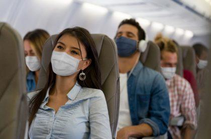Pasajeros de avión con tapabocas en época de coronavirus