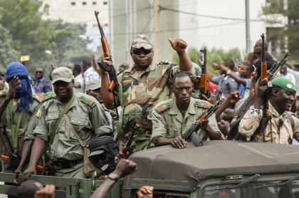 Soldados de Malí tras dar golpe de Estado