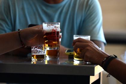 Grupo de personas tomando cerveza