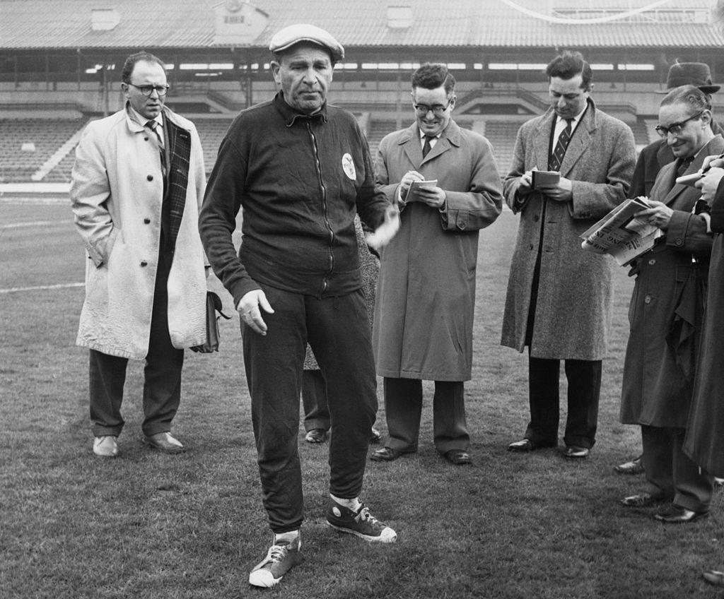 Bela Guttmann con un grupo de periodistas en White City en Londres - Getty Images