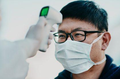 Coronavirus: Toman temperatura a hombre con tapabocas