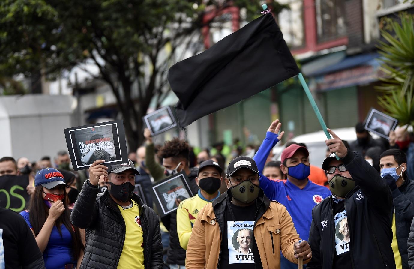 En su mayoría, trabajadores de San Victorino, exigieron a la alcaldesa Claudia López que dé fin al aislamiento estricto que se mantiene en 5 sectores de la ciudad. / AFP