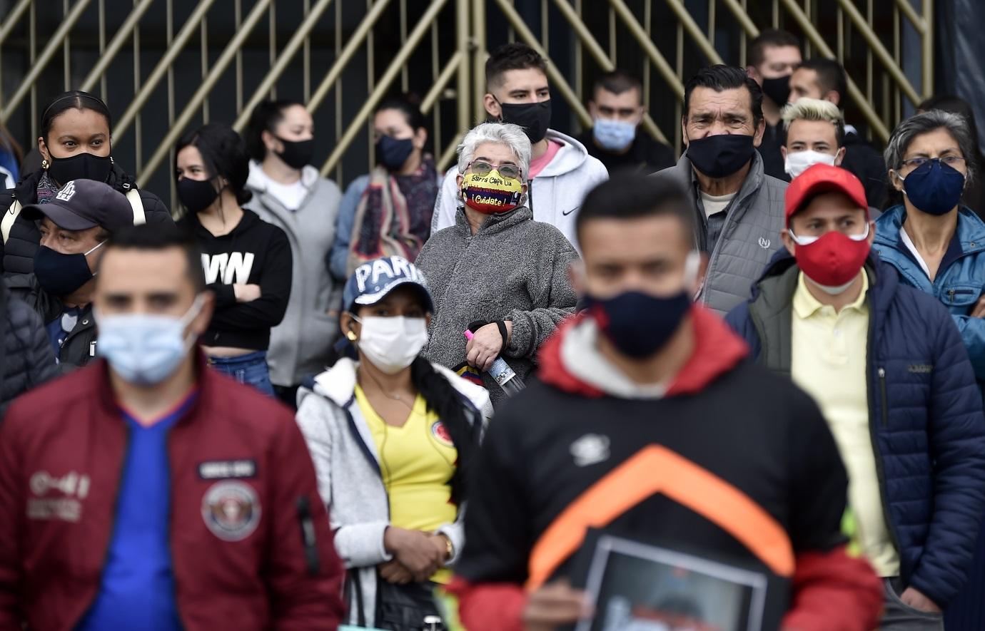 """""""No más cuarentena, apertura ya"""", fue uno de los mensajes más exclamado por el grupo de manifestantes que se tomó uno de los carriles de esa vía para movilizarse en contra de la cuarentena. / AFP"""