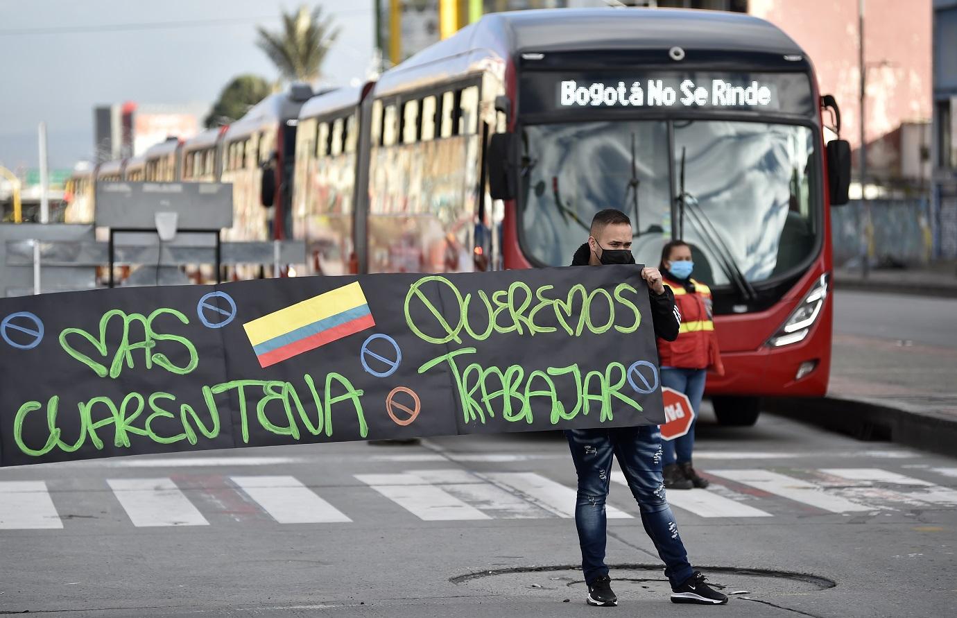Por las protestas, las troncales de Transmilenio de la Avenida Caracas y la carrera Décima se vieron afectadas durante la mañana de este lunes. / AFP