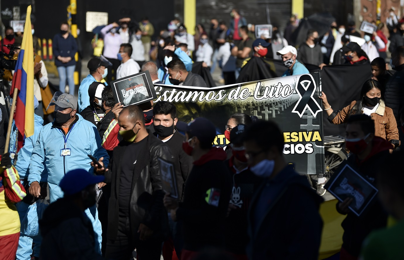Ya en el norte de la ciudad, también se unieron trabajadores del centro comercial de tecnología Unilago (ubicado en la localidad de Chapinero) y que se ha visto gravemente afectado por el cierre prolongado. / AFP