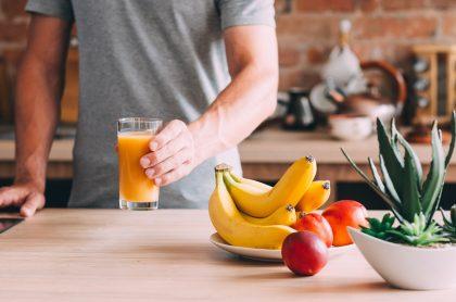 Hombre comiendo frutas