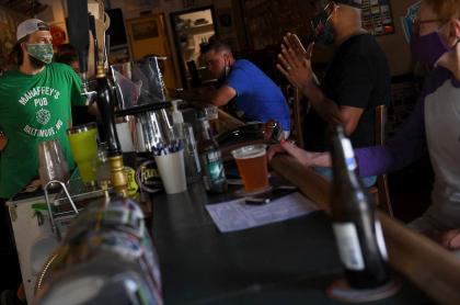 Personas en un bar en medio del coronavirus