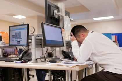 Foto ilustrativa de trabajador triste.