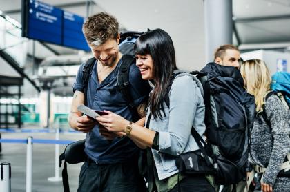 Foto ilustrativa de viajeros en un aeropuerto.