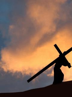 Hombre cargando una cruz