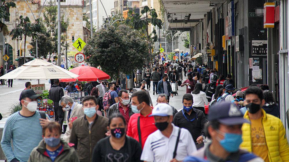 Personas caminando por el centro de Bogotá en inicio de la nueva realidad.
