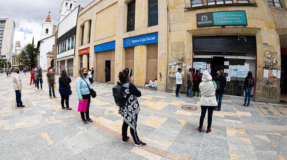 Fila de personas al ingreso de una Registraduría en el centro de Bogotá.