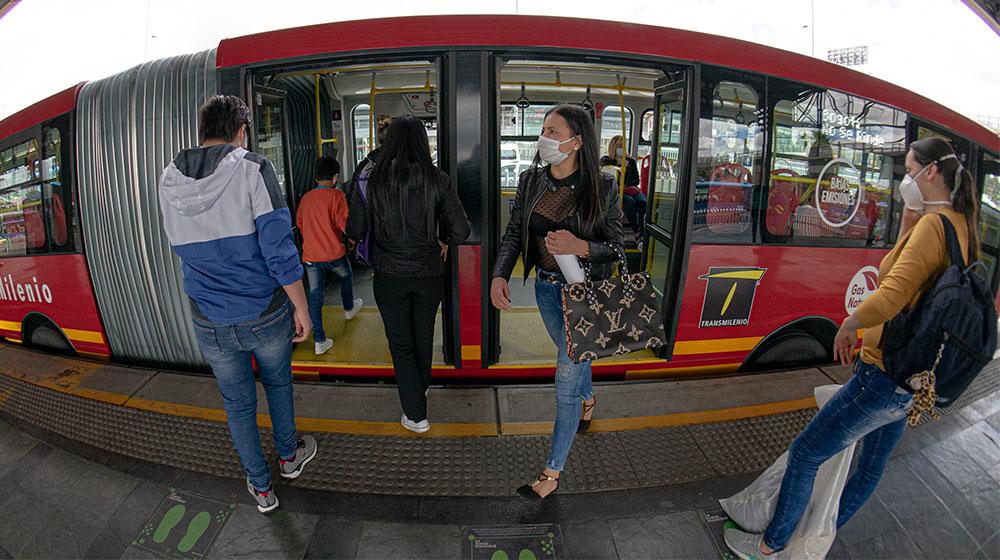 Personas salen de un bus de Transmilenio en el portal de Banderas.