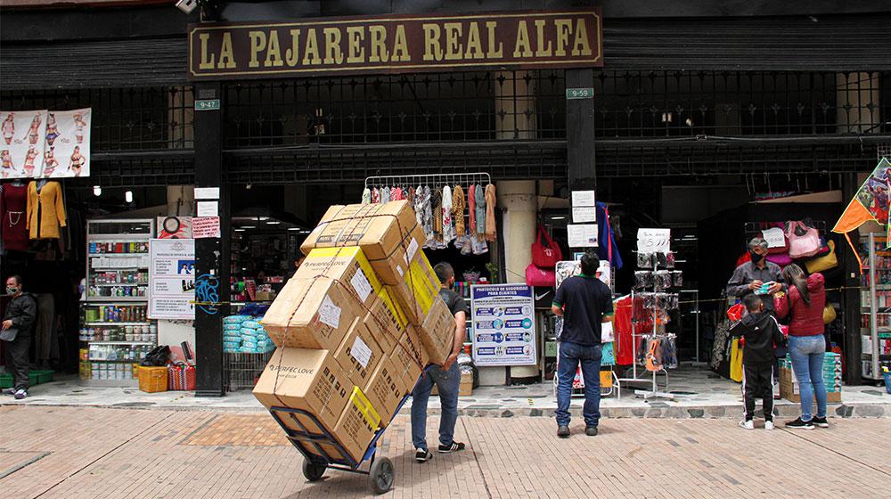 Diferentes locales del centro de la ciudad reciben su mercancía para vender.