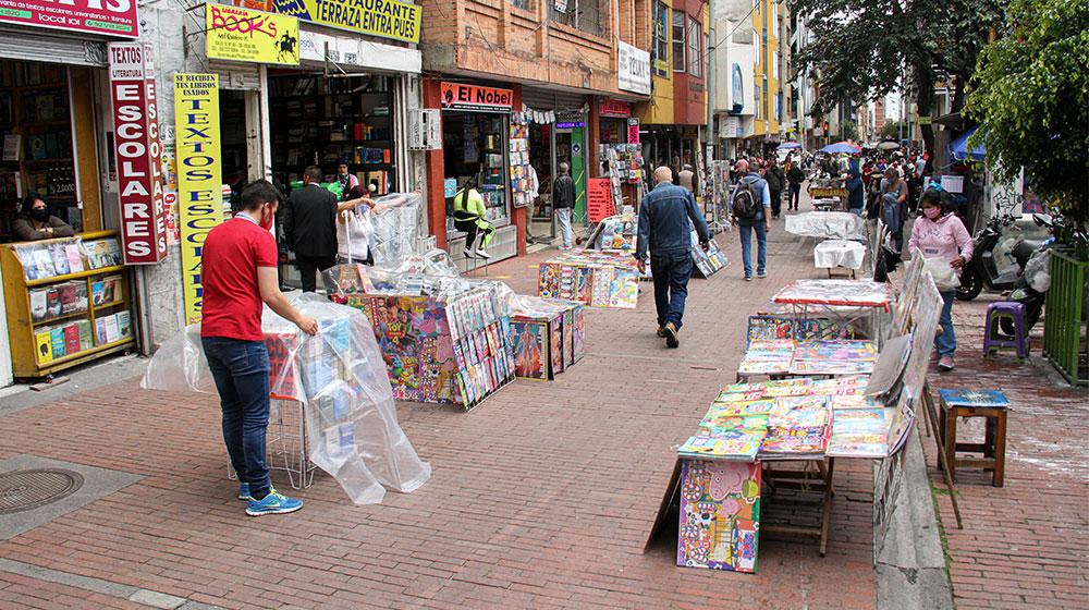 Vendedores de libros y de otros objetos se ubican en las calles del centro de Bogotá.