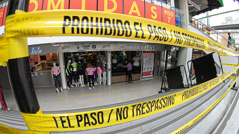 Locales de ropa en el centro de Bogotá reabren sus puertas y permiten el acceso restringido a sus clientes.