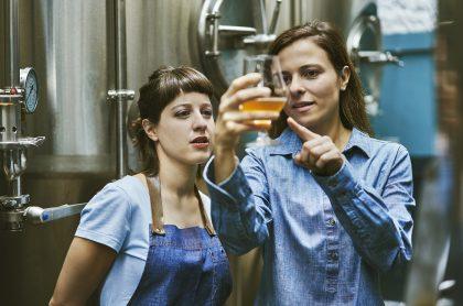 Ilustración de mujeres con una cerveza, a propósito de pregunta sobre si tomarla sube de peso