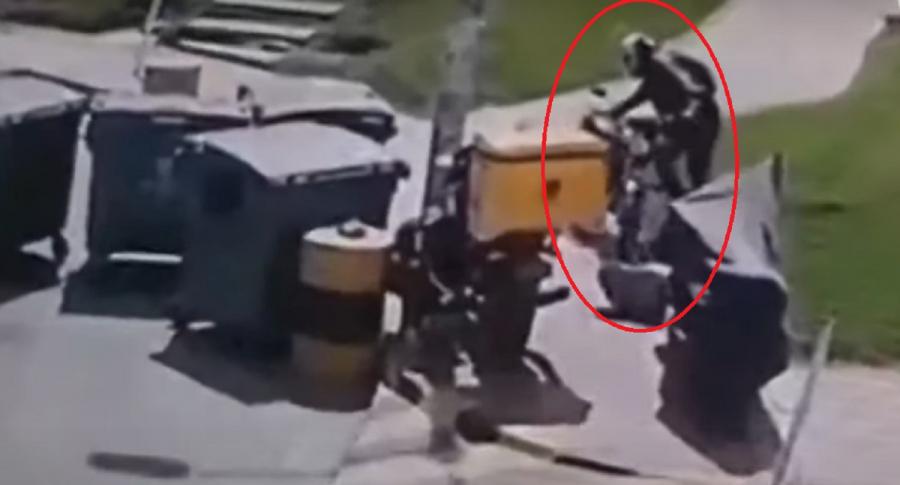 Imagen del momento exacto en que se roban una moto en Bogotá.