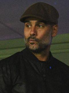 Josep Guardiola es visto en Barcelona; especulan posible reunión con Messi.  En la foto, el técnico en 2018 andando por el estadio del Manchester City.