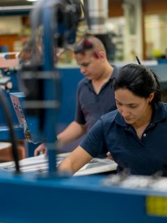 Imagen de personas trabajando en la industria textil ilustra nota sobre ofertas de empleo del Sena
