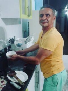 Juan Ricardo Lozano desmiente información falsa, se encuentra lavando loza en su hogar.