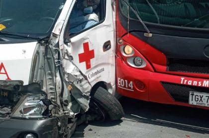 Choque de Transmilenio con ambulancia en Bogotá