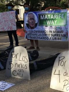 Colombianos en Miami protestan por iniciativa para nombrar una calle como 'Álvaro Uribe Way' / Álvaro Uribe en proceso por falsos testigos.