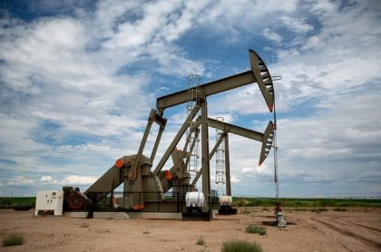 Imagen de maquinaría para extraer petróleo ilustra nota sobre fracking en Colombia