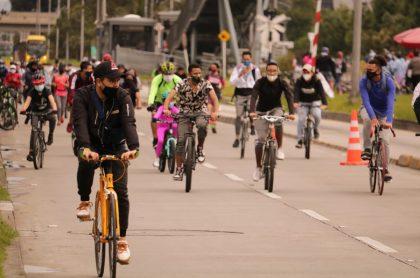 Personas participando en el regreso de la ciclovía en Bogotá.
