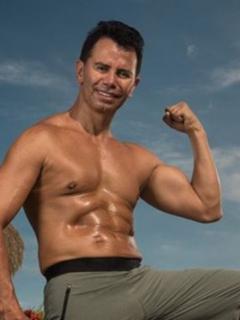 Jhonny Rivera con sus abdominales marcados