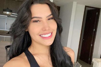 Selfi de Ana del Castillo, que insultó a vecinos que le bajaron los tacos, cansados de sus fiestas.