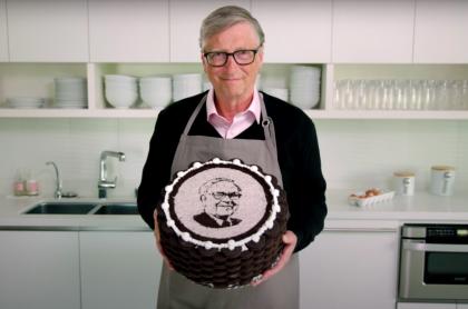 Bill Gates celebra el cumpleaños 90 de su amigo Warren Buffett preparándole una torta