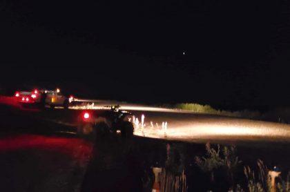 Pista de aterrizaje en Alaska, iluminada por vehículos.