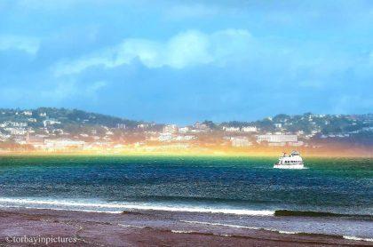 Arcoiris horizontal sobre costa de Inglaterra.