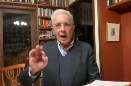 Uribe, en sesión en el Senado,de quien Estados Unidos sospechó que tenía vínculos con paramilitares.