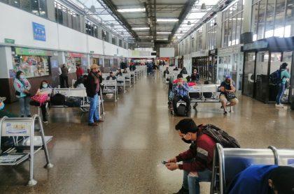 Ciudadanos en terminal de transporte en el comienzo de la nueva realidad en Colombia