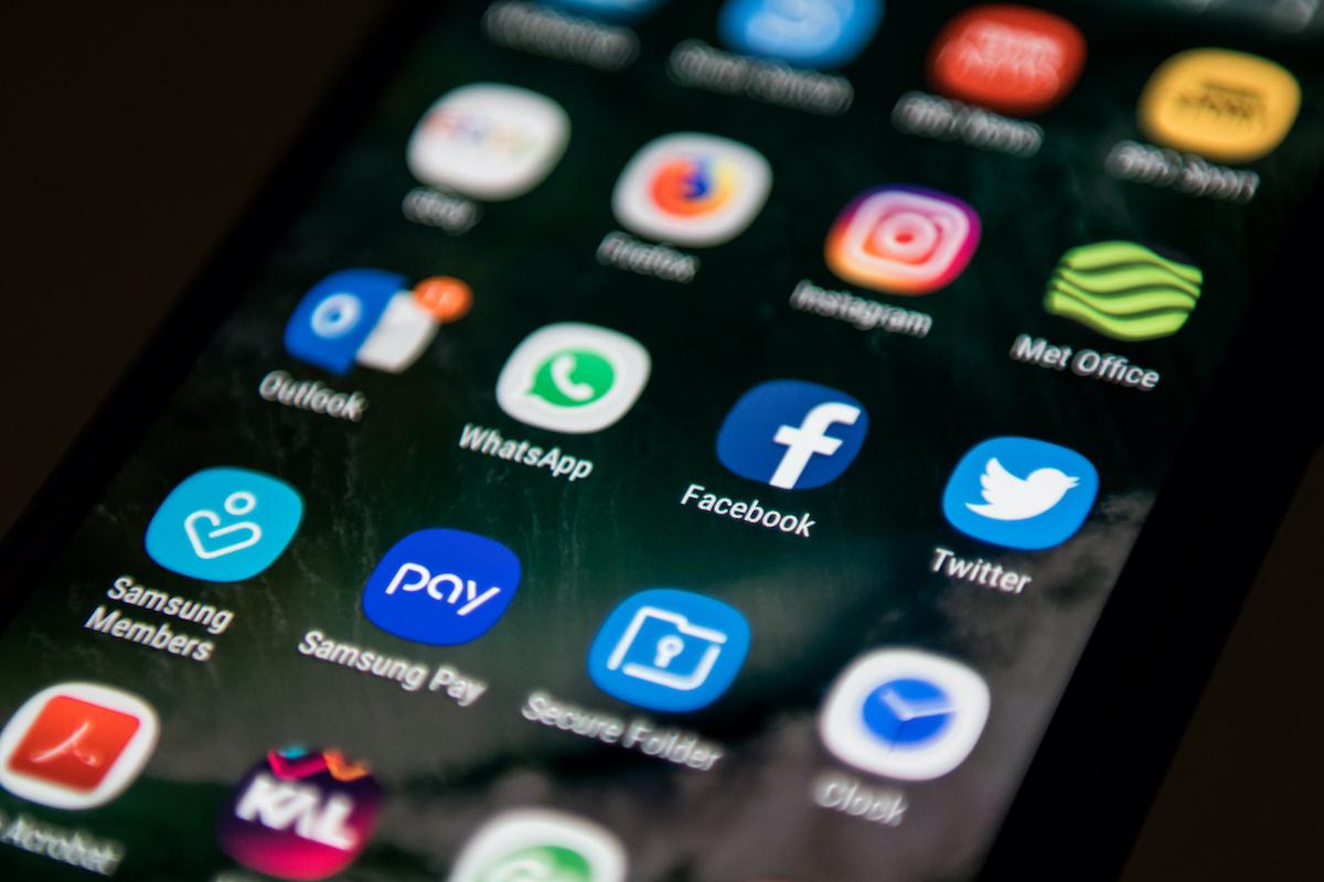 Imagen de aplicaciones en celular para ilustrar nota sobre 'apps' que se deben desinstalar del teléfono