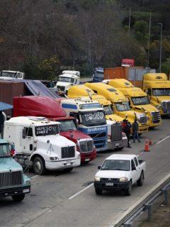 Camioneros en Chile desatan polémica por fiesta con mujeres en tanga