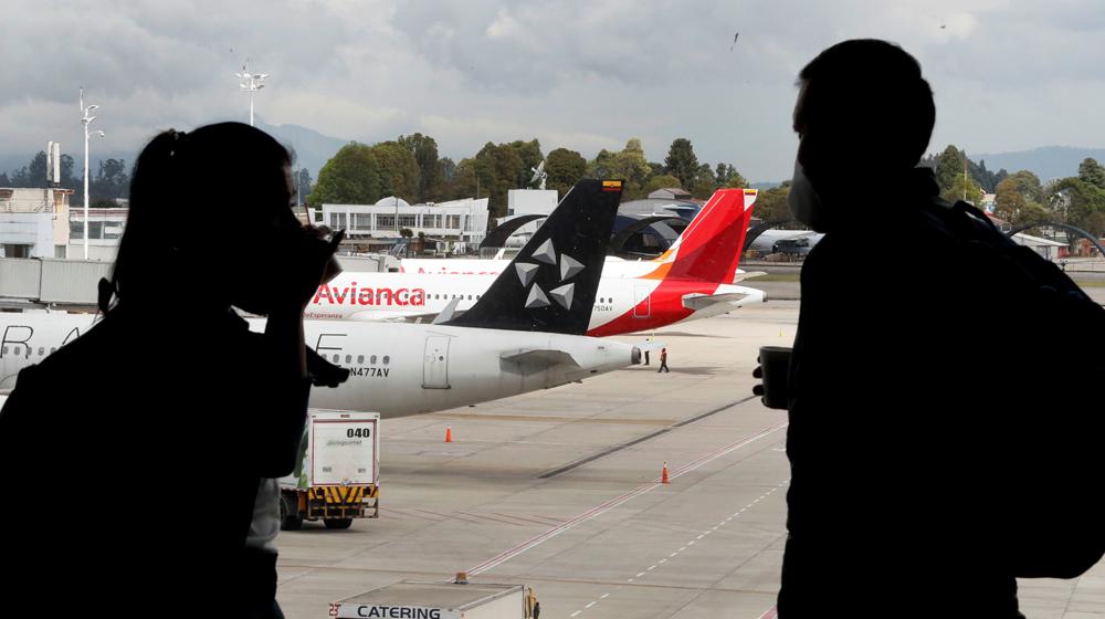 Personas distanciadas como parte de los protocolos de bioseguridad del Aeropuerto Internacional El Dorado en Bogotá