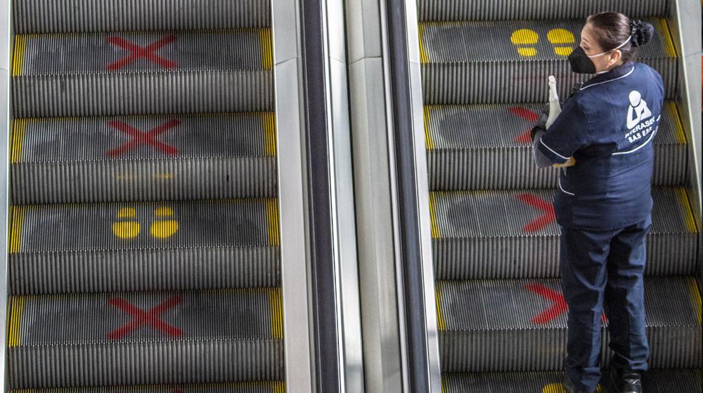 Señalización para garantizar distanciamiento en el Aeropuerto Internacional El dorado
