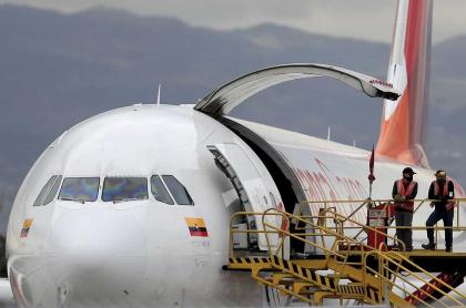 Varios periódicos piden al Gobierno no solo prestarle dinero a Avianca, uno de cuyos aviones se ve estacionado en el Aeropuerto Internacional El Dorado de Bogotá, en mayo de 2020.