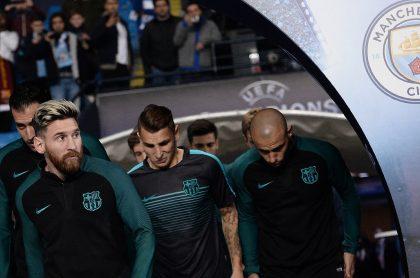 Lionel Messi junto al escudo del Manchester City, equipo que le habría ofrecido un contrato millonario