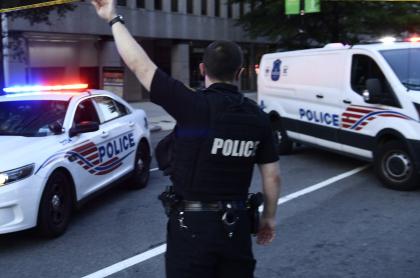 Policía de Estados Unidos ilustra artículo sobre nuevo asesinato en Washington de un joven negro.
