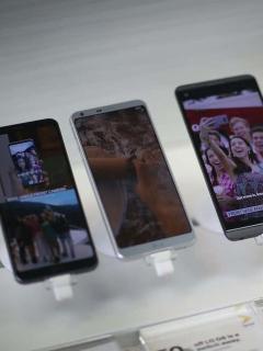 Imagen de celulares LG en un almacén para ilustrar nota sobre caída de envíos de 'smartphones' en Latinoamérica