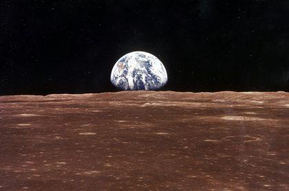 Vista de la Tierra desde la superficie de la Luna, que se ha oxidado por el oxígeno de nuestro planeta