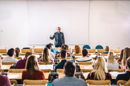 Imagen de profesor dictando clases ilustra nota sobre las mejores universidades de Colombia