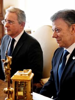Álvaro Uribe y Juan Manuel Santos, que habló de hacer las paces con Uribe, en una reunión con el papa Francisco