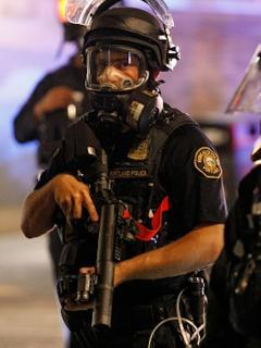 Policías durante protestas nocturnas en Portland, EE. UU.